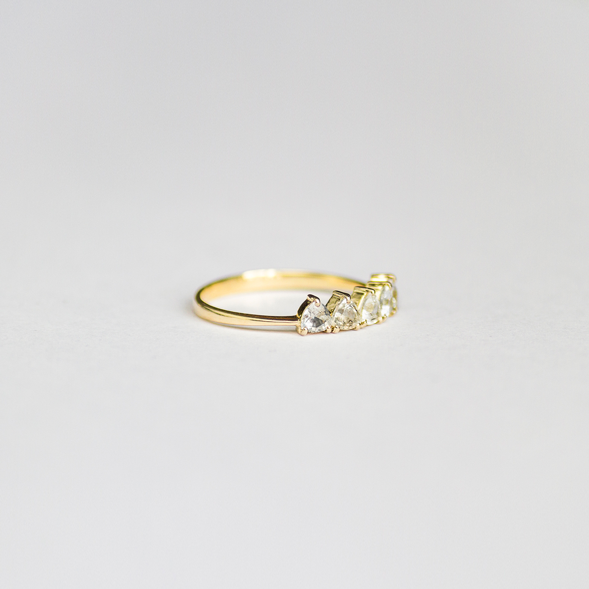 1. OONA_engagement_ficha2_sapphire triangles ring