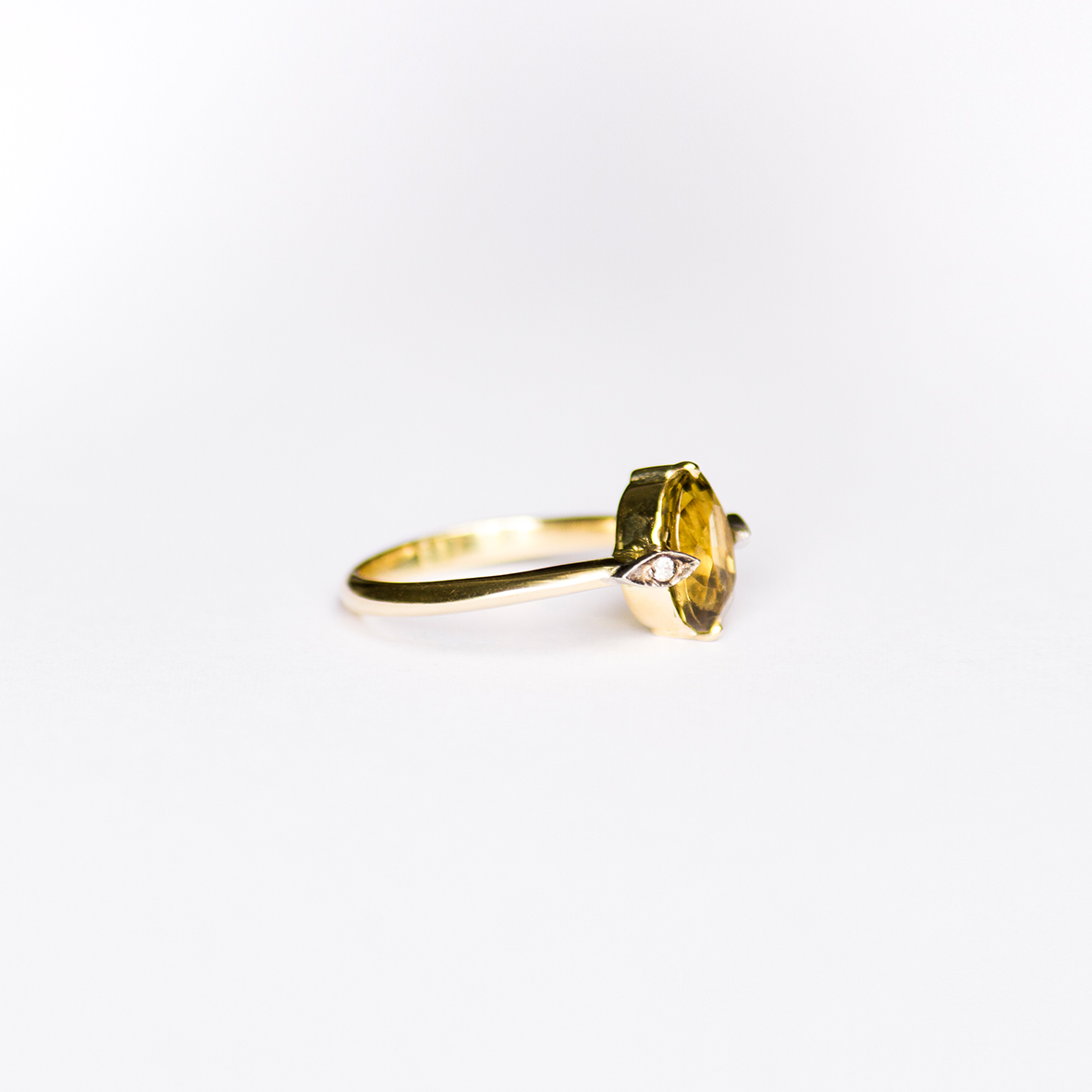 5. OONA_gems of ceylon_ficha2_sinhalite ring