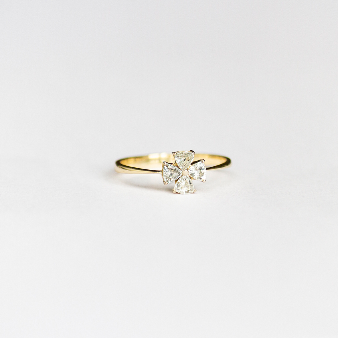 2. OONA_engagement_ficha1_sapphire clover ring